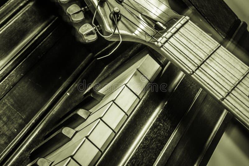 Piano avec la guitare photos libres de droits