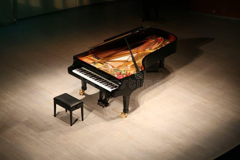Piano avec le bouquet des fleurs photos stock