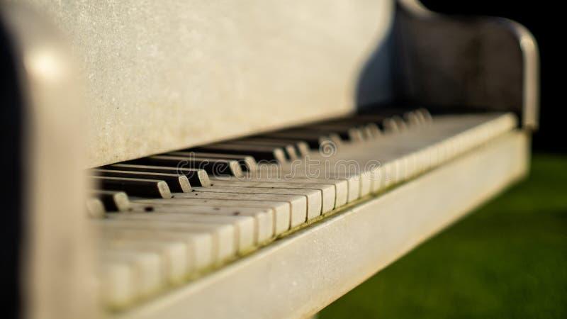 Piano blanco hecho del cierre de piedra de mármol para arriba imagenes de archivo