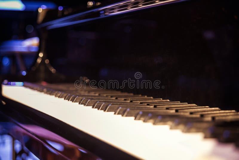 Piano clásico, llaves clásicas del concierto, blancas y negras del piano C foto de archivo