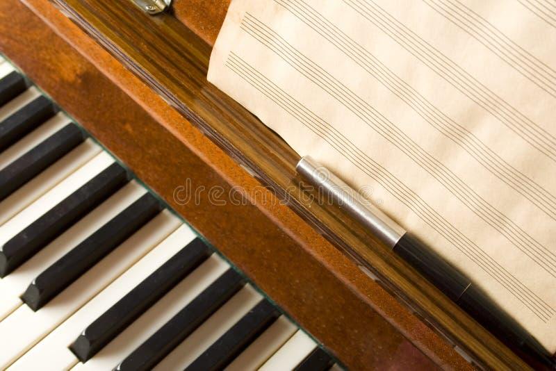Piano com notas fotografia de stock royalty free