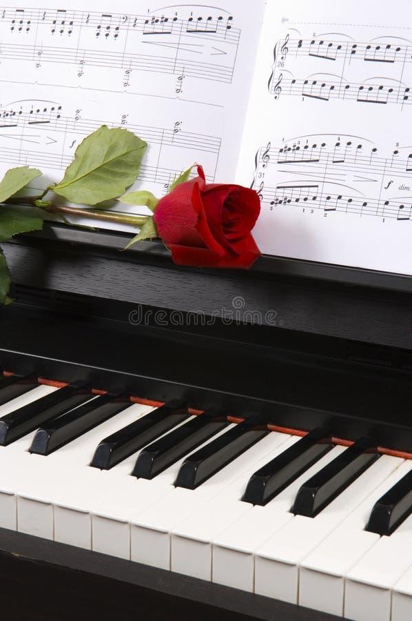 Piano con musica di strato e una Rosa immagini stock libere da diritti