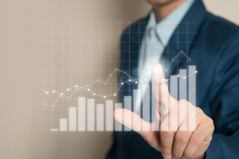Piano corporativo della crescita futura del grafico indicante dell'uomo d'affari immagini stock