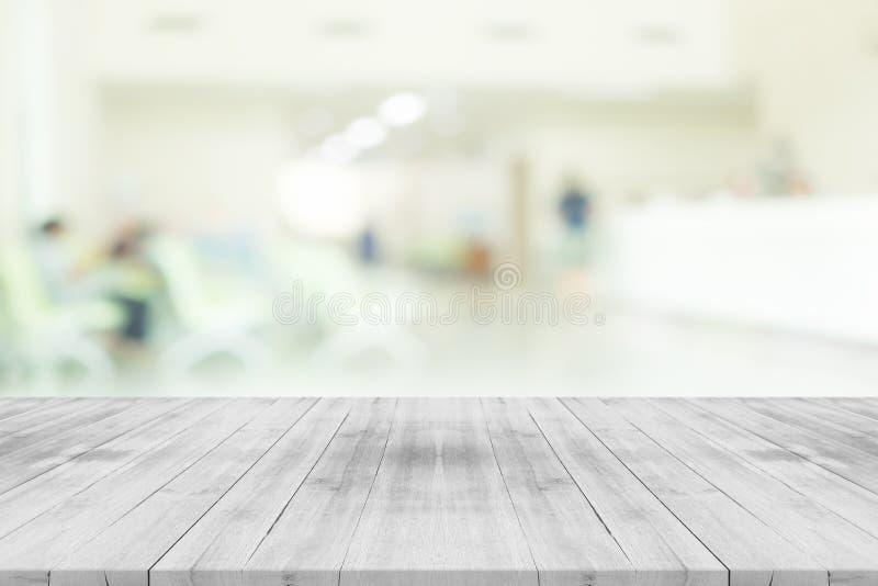 Piano d'appoggio di legno bianco vuoto sull'interno dell'ospedale della sfuocatura immagine stock