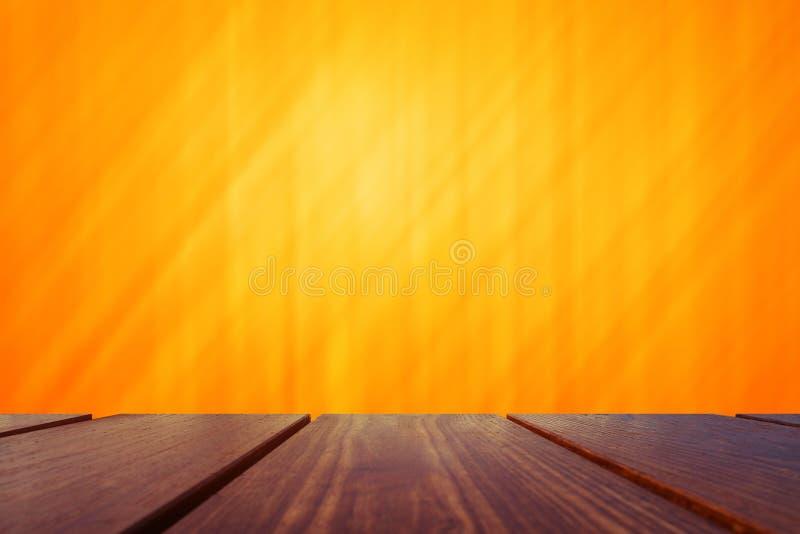 Piano d'appoggio di legno e fondo arancio immagini stock libere da diritti