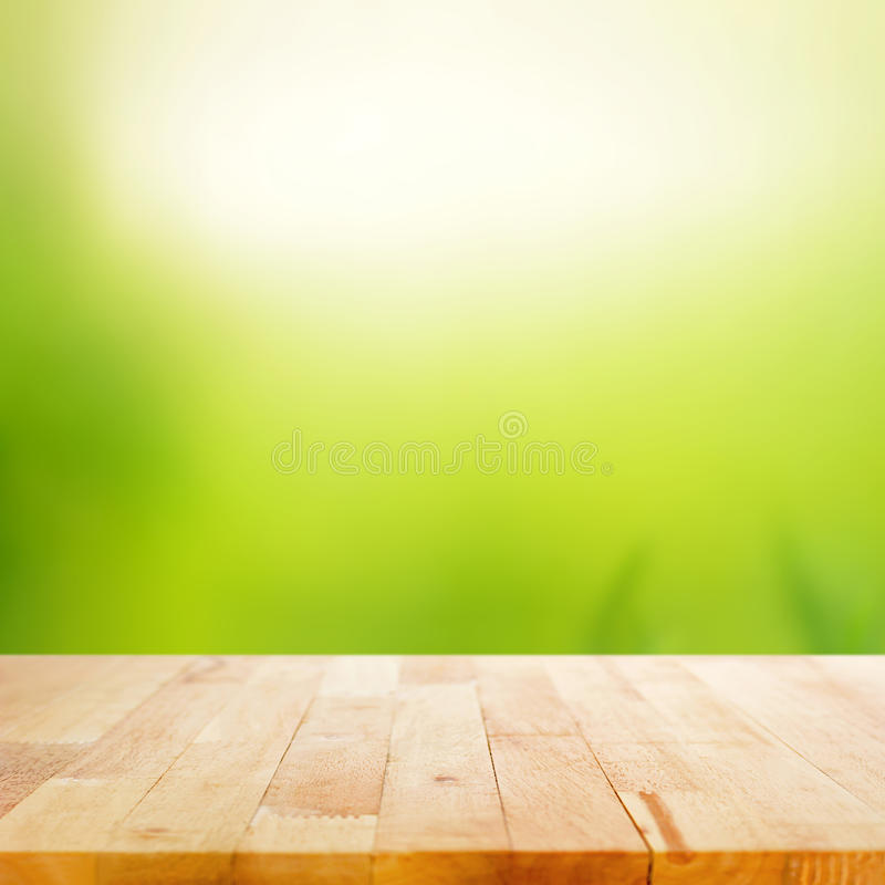 Piano d'appoggio di legno sul fondo astratto di verde della natura fotografia stock libera da diritti