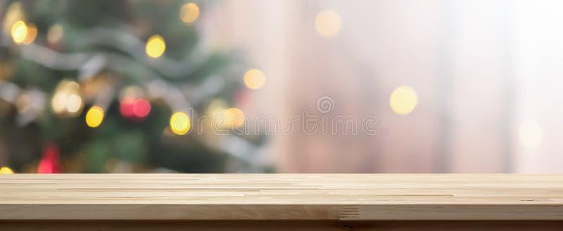 Piano d'appoggio di legno sul fondo variopinto del bokeh dall'albero decorato di Chrismas fotografie stock libere da diritti