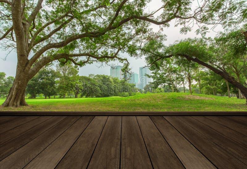 Piano d'appoggio di legno sul giardino nel fondo della città fotografie stock libere da diritti