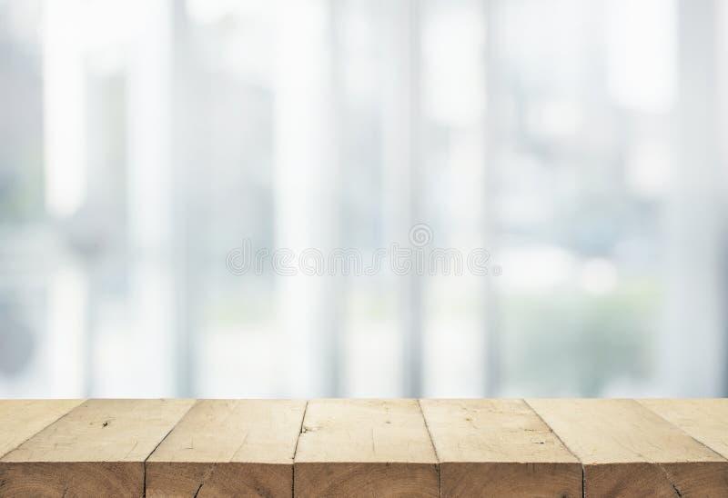 Piano d'appoggio di legno sul grande magazzino astratto bianco della forma del fondo fotografia stock