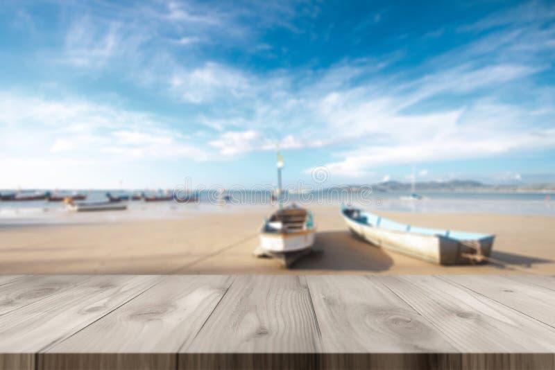 Piano d'appoggio di legno sulla spiaggia fotografie stock