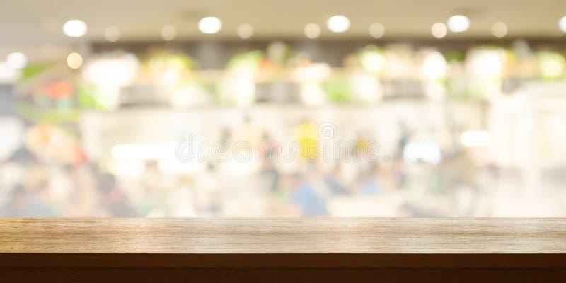 Piano d'appoggio di legno vuoto con il fondo leggero vago del caff? o del ristorante Bandiera panoramica immagini stock