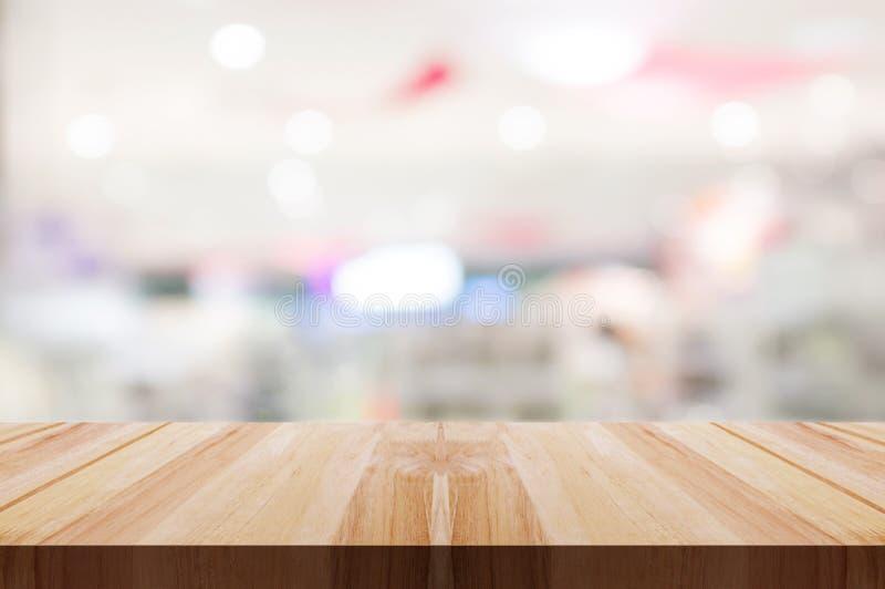 Piano d'appoggio di legno vuoto con il fondo leggero vago del caff? o del ristorante fotografia stock