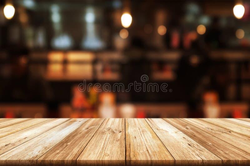 Piano d'appoggio di legno vuoto con il fondo vago dell'interno del ristorante o della caffetteria Il fondo astratto può essere us fotografie stock libere da diritti