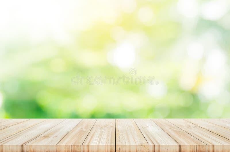 Piano d'appoggio di legno vuoto con il fondo verde vago del giardino immagine stock