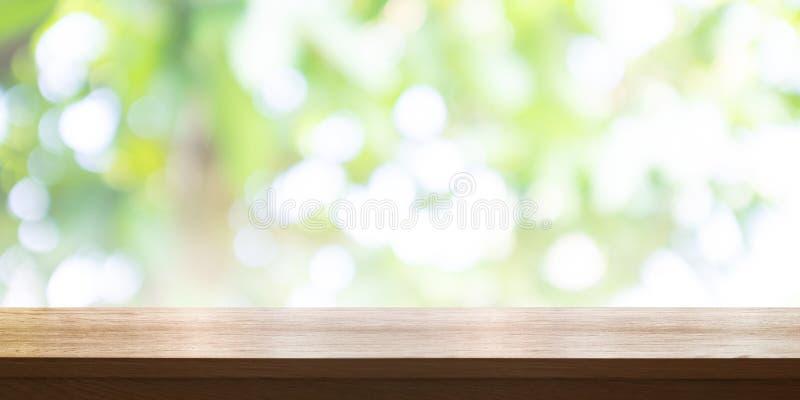 Piano d'appoggio di legno vuoto con il fondo verde vago del giardino vaschetta fotografia stock libera da diritti