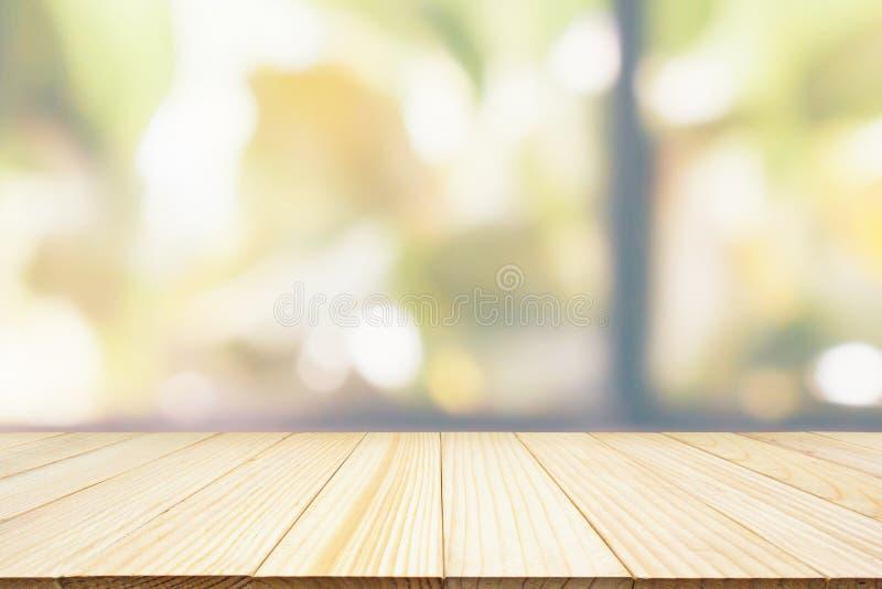 Piano d'appoggio di legno vuoto con il giardino verde immagine stock libera da diritti