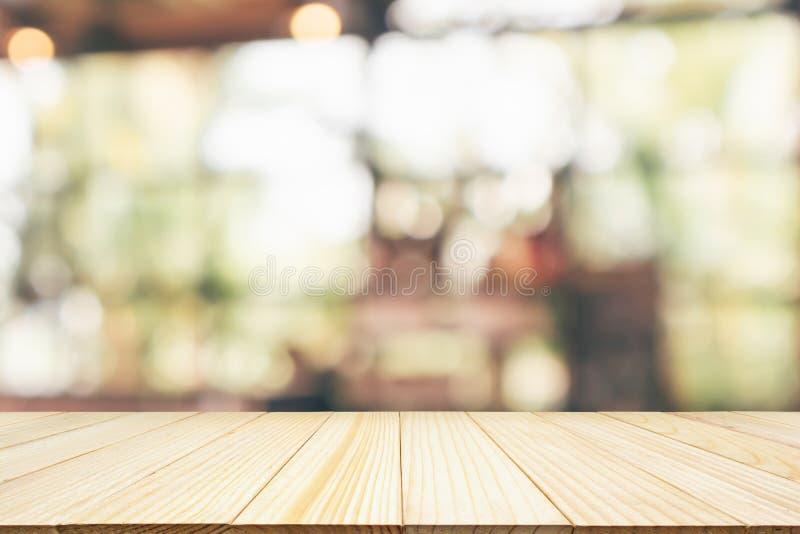 Piano d'appoggio di legno vuoto con il ristorante del caff? immagine stock