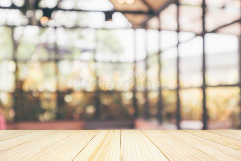 Piano d'appoggio di legno vuoto con il ristorante del caff? immagini stock