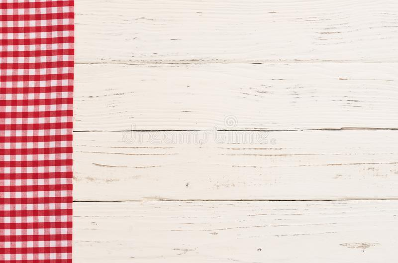 Piano d'appoggio di legno vuoto coperto di rosso ha controllato la tovaglia immagine stock libera da diritti