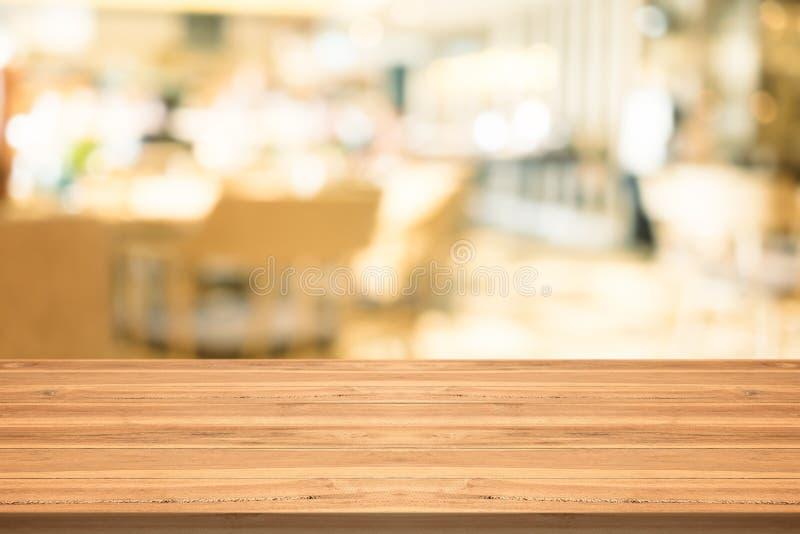 Piano d'appoggio di legno vuoto su fondo vago alla caffetteria, copysp fotografia stock libera da diritti