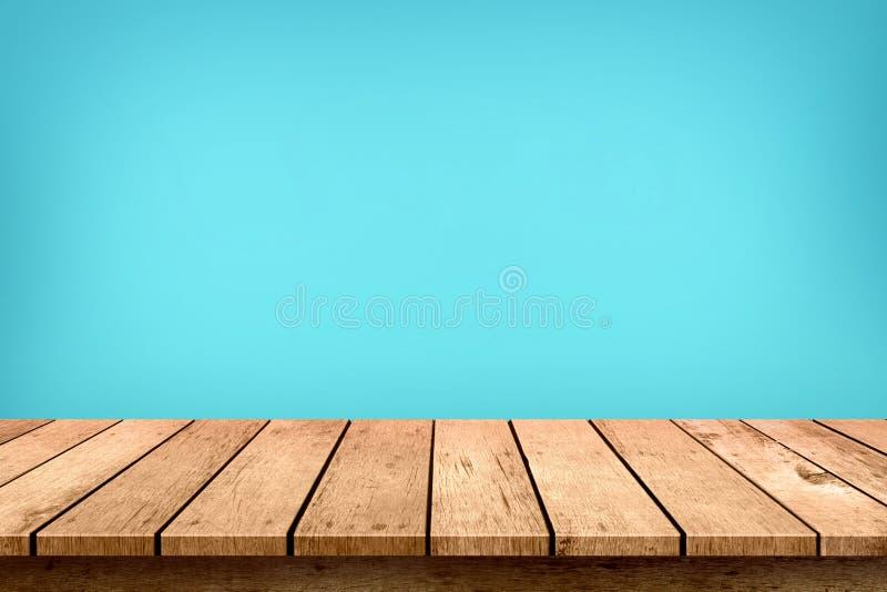 Piano d'appoggio di legno vuoto sul fondo blu pastello di colore, usato per esposizione o il montaggio i vostri prodotti fotografia stock libera da diritti