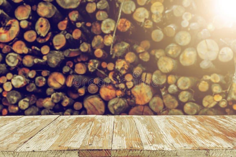 Piano d'appoggio di legno vuoto sul mazzo vago di ceppi Può il montaggio o i Di fotografia stock