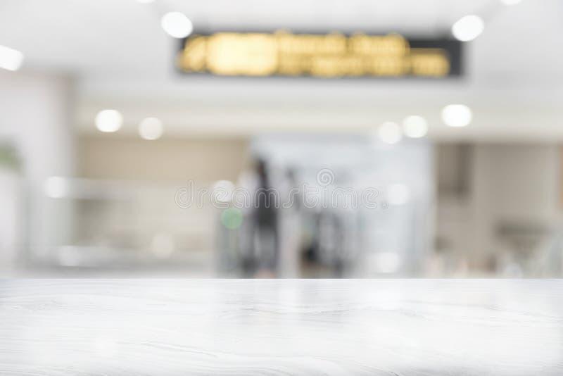 Piano d'appoggio di marmo bianco sulla caffetteria della sfuocatura immagine stock