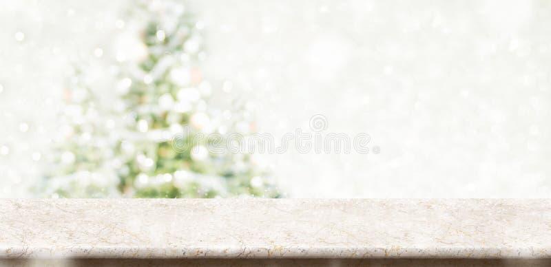 Piano d'appoggio di marmo crema vuoto con natale smorzato astratto della sfuocatura fotografie stock libere da diritti