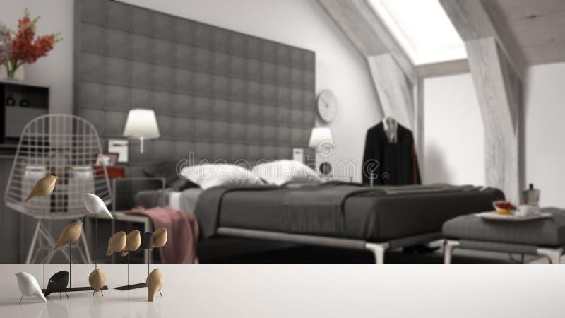 Piano d'appoggio o scaffale bianco con l'ornamento minimalistic dell'uccello, knick dell'uccellino - abilità sopra la camera da l illustrazione di stock