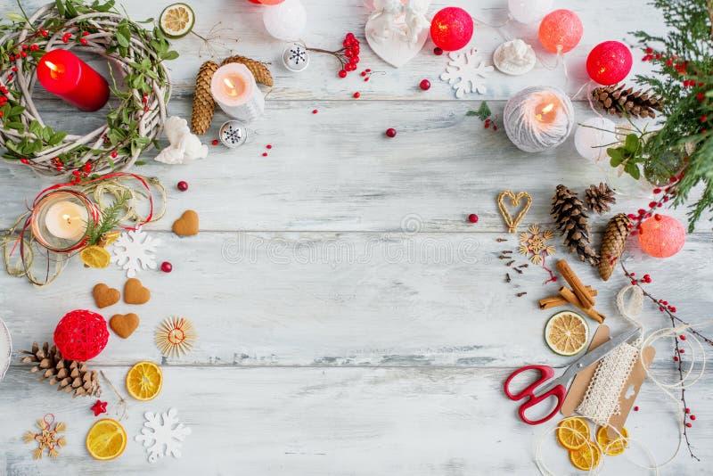 Piano d'appoggio per la preparazione del regalo di Natale immagine stock