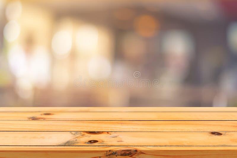 Piano d'appoggio vuoto del bordo di legno sopra di fondo vago Tavola di legno marrone di prospettiva sopra sfuocatura nel fondo d fotografia stock