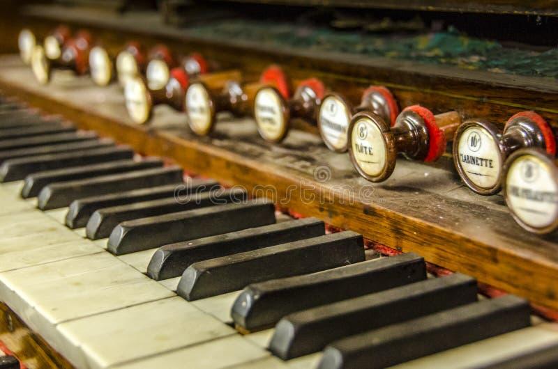 Piano d'organe de vintage images stock