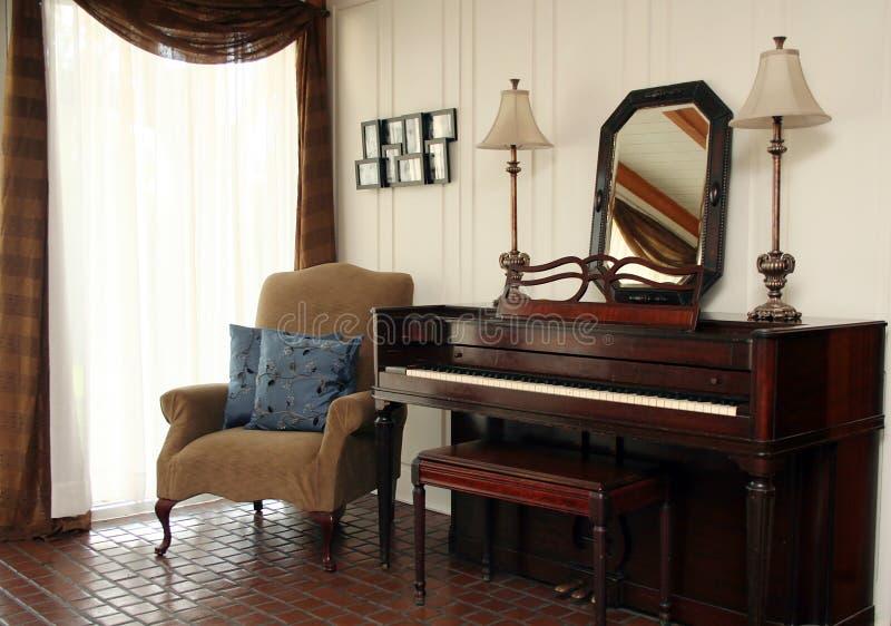 Piano dans le salon photographie stock libre de droits
