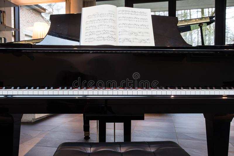 Piano de cauda com livro de música fotos de stock royalty free