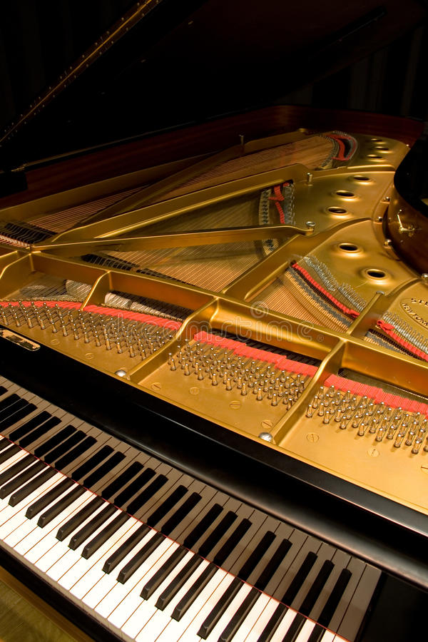 Piano de cauda com a tampa aberta foto de stock royalty free