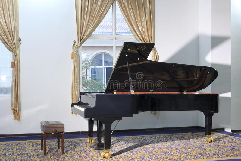 Piano de cauda preto imagens de stock royalty free