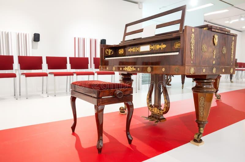 Piano de vintage dans une salle de concert photo libre de droits