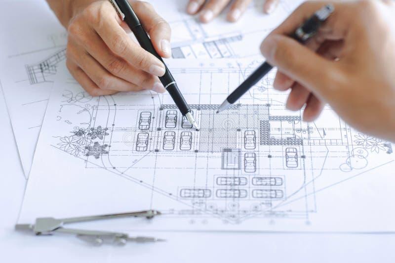 Piano del disegno del gruppo dell'ingegnere del primo piano sulla stampa blu con l'attrezzatura dell'architetto immagini stock libere da diritti