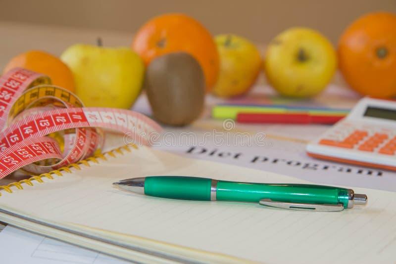 Piano del pasto Ealthy che mangia, essendo a dieta, dimagrendo e pesa il concetto di perdita fotografia stock libera da diritti