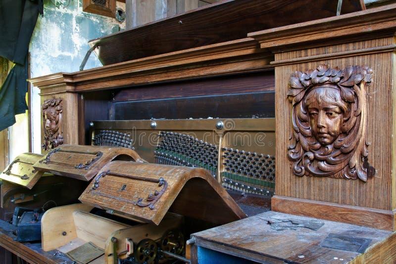 Piano abandonado fotografía de archivo libre de regalías