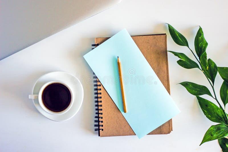 Piano di lavoro con una tazza di caffè, vista superiore fotografia stock