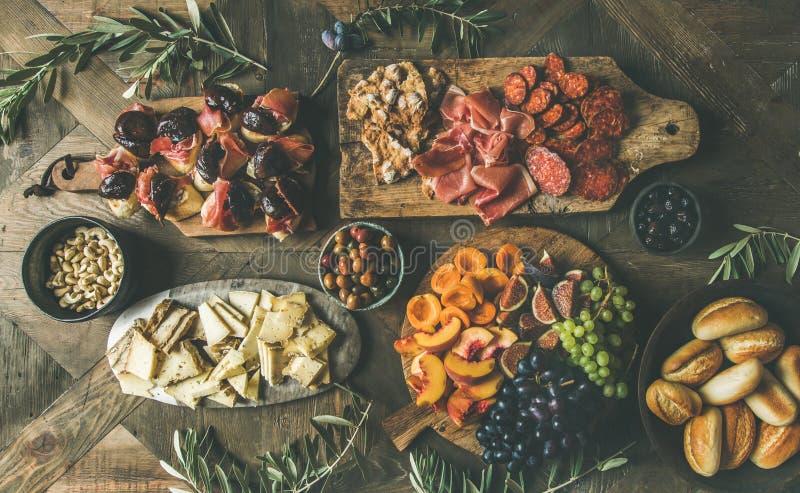 Piano-disposizione della festa, partito, insieme della tavola di cena della famiglia con gli spuntini fotografie stock libere da diritti
