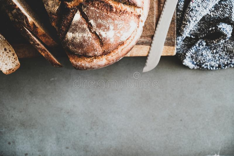 Piano-disposizione della pagnotta di recente al forno del pane di lievito naturale, spazio della copia immagine stock