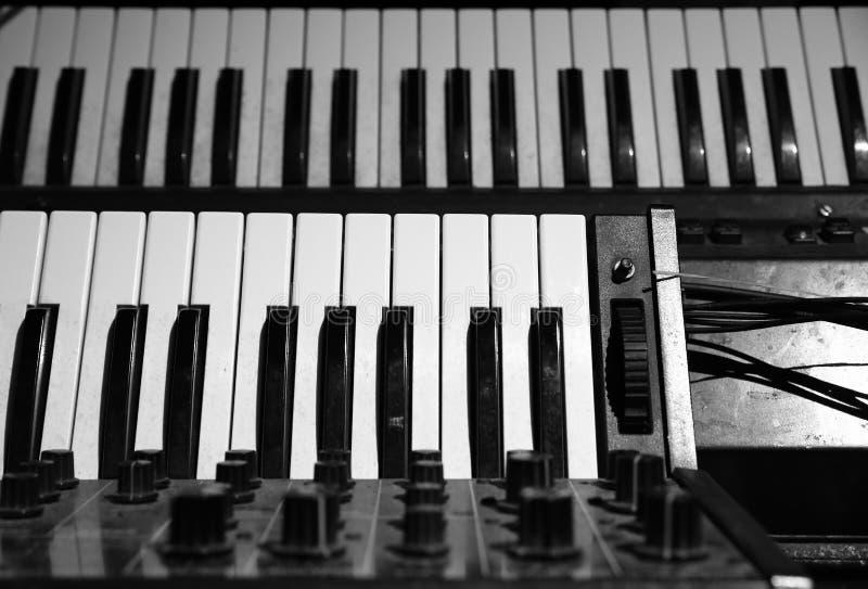Piano do vintage e instrumento do sintetizador fotos de stock
