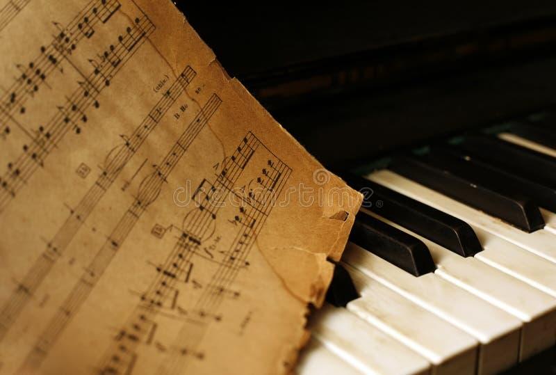 Piano e notas velhas fotografia de stock