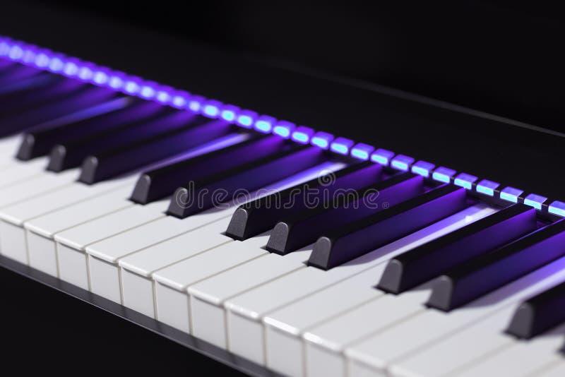 Piano eléctrico profesional con las luces violetas imagen de archivo libre de regalías