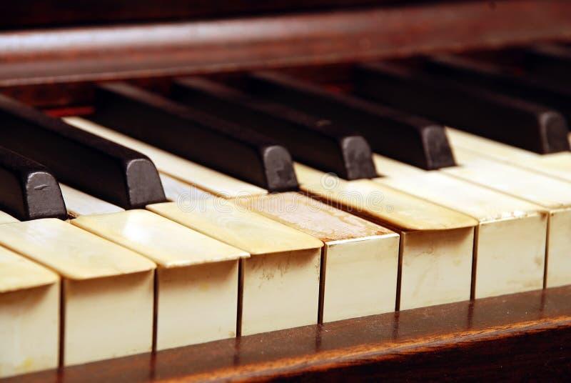 Piano en bois très vieux avec les clés enes ivoire cassées photos stock