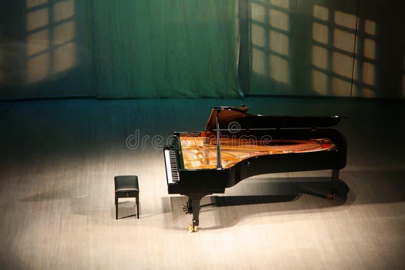 Piano en escena fotos de archivo
