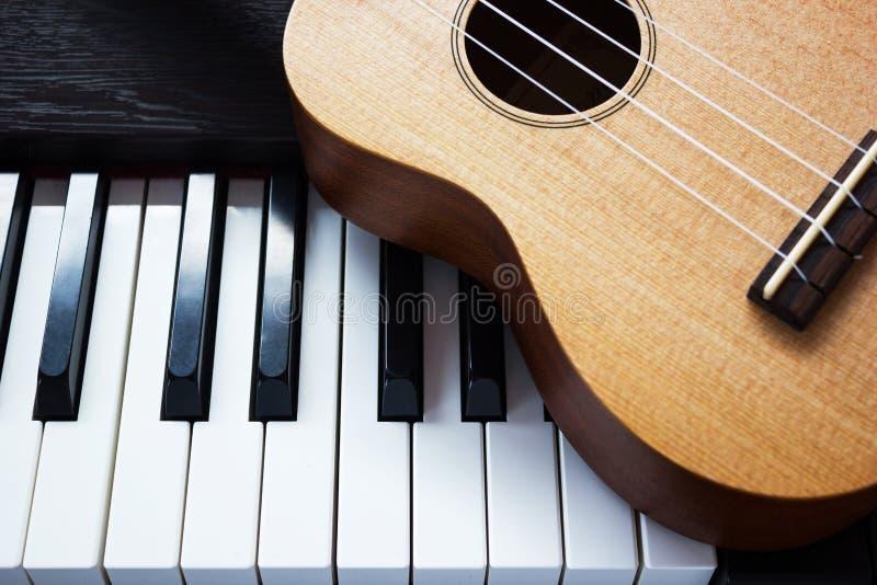 Piano en gitaar. stock afbeeldingen