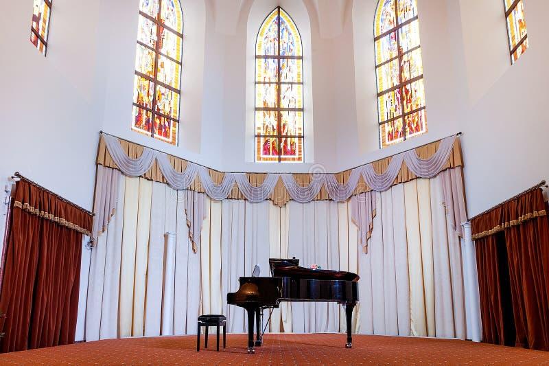 Piano en la iglesia fotos de archivo
